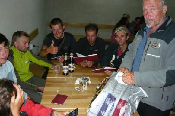 Раздача книжек Альпиниста