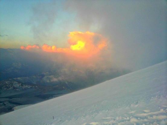 Солнце в облаках на Эльбрусе