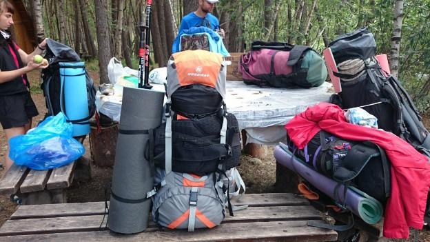 Распаковывание сумок, суета