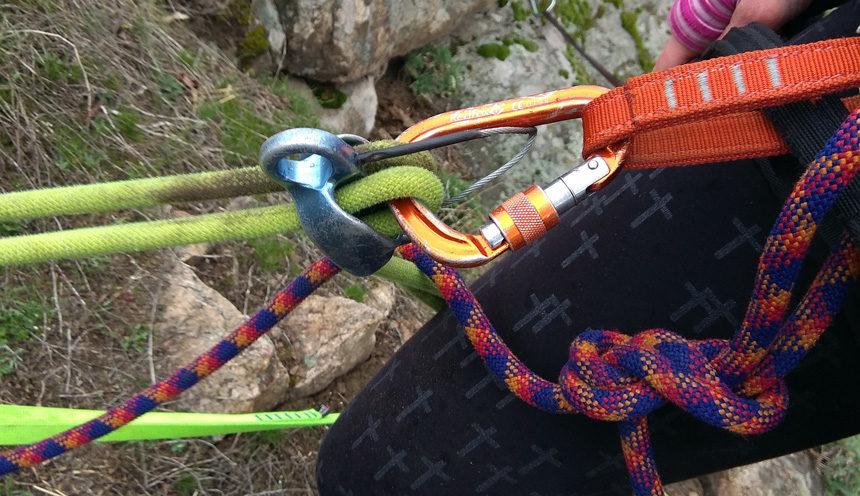 Зарядка веревки в страховочное устройство